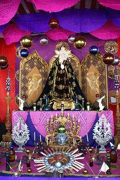 Altar de la Virgen de Dolores que se pone antes de Semana Santa el viernes anterior con brotes de semillas y naranjas.