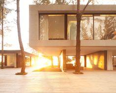 Construído pelo Duangrit Bunnag Architects na , Thailand Esta casa à beira-mar está situada em uma área florestal coberta de pinheiros, desabitada há 10 anos. O proprietário ...