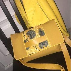 Béné La Bidouille sur Instagram: SAC ADDICT 💛 Pochette cachotin modifiée en sac à bandoulière XXL de @patrons_sacotin en simili jaune intérieur bleu a pois blanc…