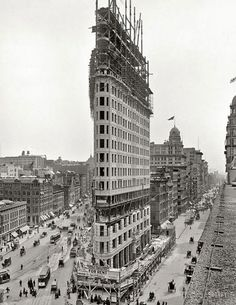 When built over 100 years ago the Flatiron building in New York was famous not for it's height but for its unique architecture, structure-wise. Ever since 1902 photographers and media in general depict the Flatiron Building as an iconic building of New Yo Flatiron Building, Building Building, Vintage New York, Old Pictures, Old Photos, Rare Photos, Empire State Building, Edificio Flatiron, Photo New York