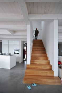 Modern Staircase Design Ideas - Search photos of modern staircases as well as uncover design and also layout ideas to inspire your very own modern staircase remodel, including distinct railings as well as storage . Wooden Staircase Design, Wooden Staircases, Open Staircase, Architecture Design, Architectural Design House Plans, Casa Hipster, Staircase Remodel, Modern Stairs, Modern Foyer