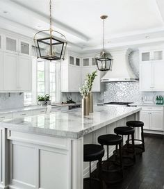 Luxury Kitchen Stylish White Kitchen Cabinets Decor Ideas 29 - Your kitchen is one of the most used rooms in your home and the one you spend most of your […] Kitchen Cabinets Decor, Home Decor Kitchen, New Kitchen, Kitchen Dining, Kitchen Ideas, Kitchen White, Kitchen Backsplash, Wall Cabinets, Backsplash Ideas