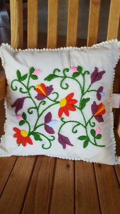 Almohadón bordado Sewing Stitches, Embroidery Stitches, Hand Embroidery Designs, Embroidery Patterns, Embroidered Cushions, Cushion Covers, Diy And Crafts, Throw Pillows, Ikat Bedding