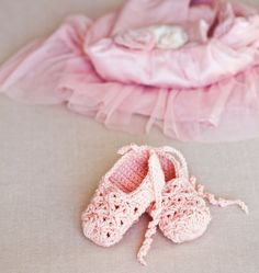 Stunning crochet Point Shoes for a little ballerina  - free pattern @ Mon Petit , omg adorable, thanks so for book share xox