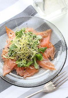 Carpaccio de salmón con ensalada de brotes