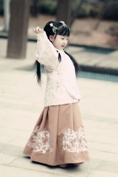 Petite fille chinoise / Girl in China Hanfu, Asian Kids, Ethnic Dress, Chinese Clothing, Chinese Culture, Chinese Style, Traditional Chinese, World Cultures, Traditional Dresses