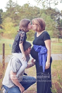 Maternity Photo Ideas Featuring Siblings