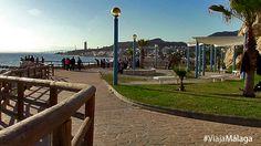 Una plaza frente al mar nos permite sentarnos a respirar.