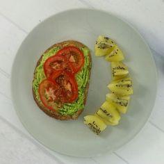 Lunes! Nuevo inicio de semana  Empezando nuevo menú  Qué te parece esta idea de desayuno? Pan integral con aguacate y tomate. Kiwi y Café de algarroba con leche de nueces Seguimos!