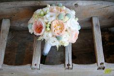 bouquet con rosa David Austin Juliet y craspedias en mint. Mayula Flores