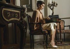 María Félix, La Doña, surge como fuente de inspiración para reinterpretar su estilo en un tono moderno. Las prendas se basan en la elegancia y distinción de este personaje mexicano de trascendencia internacional. La exquisitez, desde su forma más relajada hasta otras llenas de sofisticación, se hace presente en una historia que rinde homenaje a una de las figuras más representativas de nuestro país.