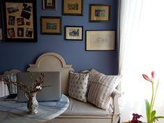 Produktiv ist man nicht nur am Schreibtisch. Wichtig ist, den Fokus zu finden. Egal ob am Esstisch, kurz im Lesesessel oder auch draußen am Balkon oder der Terrasse – such Dir ruhige Plätzchen und wechsle manchmal auch einfach die Perspektive. Pass Deine Arbeitsorte an unterschiedliche Tätigkeiten an. Gerade das Arbeiten von Zuhause aus bietet für viele Menschen diese neue Arbeitserfahrung. Home Office, Gallery Wall, Instagram, Frame, Home Decor, Patio, Work Experience Ideas, Dinner Table, Perspective Photography