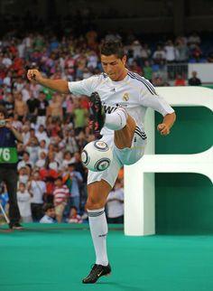 Hari ini tepat 5 thn yg lalu, MU mengkonfirmasi menerima tawaran 80jt pounds dr Real Madrid untuk Cristiano Ronaldo. pic.twitter.com/2Yz7WPNlPh