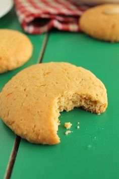 Τη Μεγάλη Εβδομάδα η μαμά μου συνήθιζε να παίρνει νηστίσιμα κουλουράκια με ταχίνι από το φούρνο της γειτονιάς. Όμορφα και στενόμακρα, με κάπως έντονη την ε Gf Recipes, Sweets Recipes, Greek Recipes, Cookie Recipes, Snack Recipes, Snacks, Easy Sweets, Vegan Sweets, Vegan Desserts