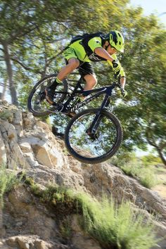 Bike Test: The Specialized Stumpjumper FSR Expert Carbon Evo Mountain Bike Action, Mountain Biking, Specialized Stumpjumper, Bicycle Art, Mtb Bike, Second Best, Extreme Sports, Cycling, Two By Two
