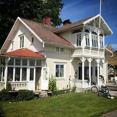 Visingsö, vid hamnen. Vid ruinen. Vackert. Fina detaljer bevarade och en del väl moderna än vad jag skulle gjort kanske. Men det är nog… Cottage Exterior, House Paint Exterior, Exterior Design, Patio Screen Enclosure, German Houses, Home Focus, Small Villa, Swedish House, House Built