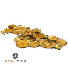 Metalowa dekoracja w postaci zestawu połączonych ze sobą metalowych talerzyków różnej wielkości.