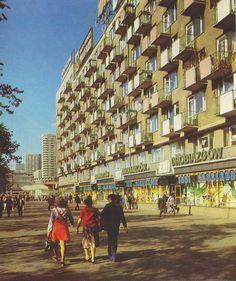 Marszałkowska, 1984 Poland Cities, Poland People, Old Photography, Warsaw Poland, Aesthetic Vintage, Quote Posters, Old Photos, Nostalgia, Scenery