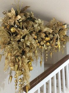 Christmas Staircase, Gold Christmas Tree, Christmas Room, Christmas Mantels, Beautiful Christmas, Christmas Holidays, Christmas Candle Decorations, Christmas Ornament Wreath, Christmas Crafts For Gifts