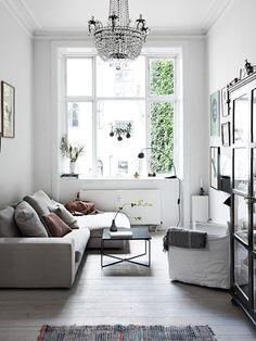 pieni tila, iso sohva, kevyt poyta