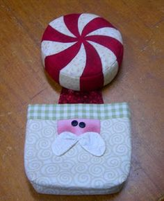Raggedy Station: Peppermint Pin Cushion and Santa Thread Catcher. Christmas Patchwork, Christmas Sewing, Christmas Projects, Christmas Themes, Christmas Holidays, Christmas Ornaments, Fabric Crafts, Sewing Crafts, Sewing Projects
