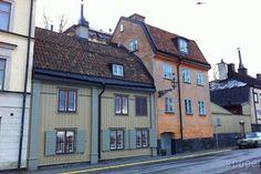 いくつかの「Smahus(スモーヒュース)」のモチーフとなった実際の街並み。こちらはスウェーデンを構成している島のひとつ、Sodermalm(セーデルマルム)にあるFjallgatan(フィエルガータン)という通りの古い建物です。