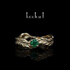 Ми створили чарівну каблучку із жовтого золота у формі колоска. Для центральної вставки використали натуральний смарагд. Можливе виготовлення в іншому дорогоцінному металі та з іншим камнем. Twig Ring, Branch Ring, Feather Ring, Vintage Silver Rings, Gold Rings, Black Rhodium, Unique Rings, Wedding Bands, Heart Ring