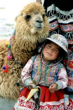Quechua girl and llama, Peru. I was there and they are as beautiful as they are in photos Precious Children, Beautiful Children, Beautiful Babies, Beautiful People, Alpacas, Cultures Du Monde, World Cultures, Kids Around The World, People Around The World