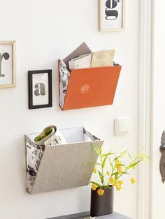Vier einfache Upcycling Ideen für alte Bücher We breathe new life into old books. Here are 4 great upcycling ideas with which you can quickly and easily tinker with practical things. Upcycled Crafts, Diy And Crafts, Diy Magazine Holder, Diy Casa, Old Books, Idea Books, Diy Organization, Book Crafts, Diy Furniture