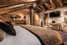 〚 Ski paradise at Le Kaila hotel 〛 ◾ Photos ◾Ideas◾ Design Chalet Chic, Ski Chalet, Chalet Interior, Interior Design, Italian Home, Log Cabin Homes, Log Cabins, Cabins And Cottages, Home Bedroom