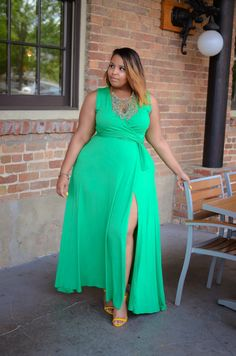 Are you a fan of the plus size maxi dress? Looking for a little style inspiration? Check out these plus size women who are stylishly working it out! 10 Plus Size Bloggers, Models and Social Babes Werking The Maxi Dress http://thecurvyfashionista.com/2016/06/plus-size-maxi-dress/