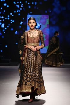 09-Model in Tarun Tahiliani at BMW IBFW 2015 (18)