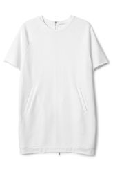 <p>This is asoft, stretchy T-shirt dress in white. It has short sleeves, two frontpocketsand closes with a zip at the back. In a size small this dress measures 85 cm in length and 110 cm around the chest. Thesleeve length is 46.5 cm from neckline. </p>