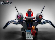 """Thor, Capitão América, Hulk, Homem de Ferro e outros super-heróis da Marvel estrelam o filme """"Os Vingadores"""" que estréia dia 4 de março. A LEGO, que não é boba nem nada, criou bonecos e veículos temáticos para aproveitar o interesse pelo filme e por seus heróis. Não conheço um menino (ou homem adulto) que não gostaria de ganhar um desses.Trailer do Filme:"""