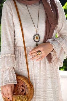 Güpürlü Zarif Elbise - Eminos Butik | Modo & Tasarım Casual Hijab Outfit, Hijab Dress, Abaya Fashion, Muslim Fashion, Modest Fashion, Fashion Outfits, Hijab Fashionista, Muslim Girls, Muslim Women
