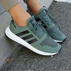 Astra colors) Astra colors) adidas Originals swift in olive grün schwarz // Foto: yasminjisel Best Sneakers, Sneakers Fashion, Adidas Sneakers, Adidas Shoes Women, Cute Shoes, Me Too Shoes, Adidas Originals, Chuck Bass, Sporty Style