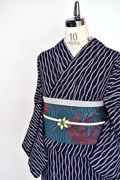 紺色の地に凛と映える白の折り縫い絞りが形作る優美な立涌縞が小粋な風情をさそう、有松鳴海絞りと思われる本絞りのレトロ浴衣です。