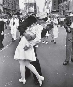 This image is the iconic mark of the end of World War II, when Americans took to the streets to celebrate.