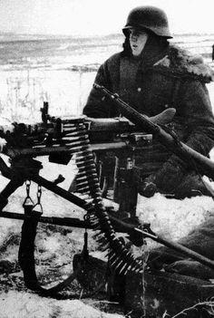 SOLDATO TEDESCO GUARDINGO E BEN ARMATO MENTRE ATTENDE IL NEMICO RUSSO