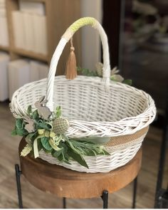 Wedding Ideas Small Budget, Easter Crafts, Christmas Crafts, Wedding Gift Baskets, Wicker Picnic Basket, Flower Girl Basket, Art N Craft, Basket Decoration, Easter Baskets