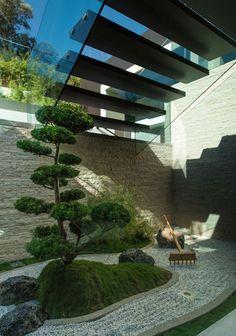 #japanese garden #盆栽 #庭 #枯山水 #日本庭園 (Via: How To Design The Perfect Japanese Garden) 和洋折衷って感じがいいですね 砂がご入用の際はK砂をよろしくです。(^^)