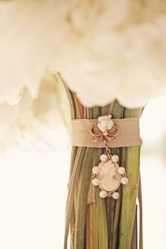 Creative way to add a keepsake to #bouquet for your #wedding