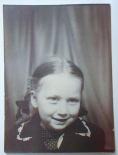 BZ14 Photobooth Photo Cute Little Girl Braided Hair in Ribbons