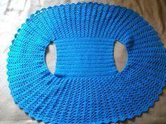 Chaleco tejido en lana celeste en forma redondo. Empece con 50 cadenas y tejí varetas hasta tener 22 cm.,luego realice cadenas pa...