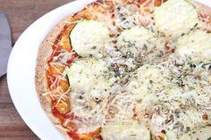 A muchas nos encanta la pizza, pero las que compramos en el supermercado contienen muchas calorías y son muy poco sanas. Así que os enseño una manera fácil de hacer vuestra propia pizza en casa de una manera muy saludable. INGREDIENTES PARA 1 PERSONA Para la masa 300 g de harina 1 cucharada de sal …