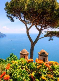 Des villages pittoresques accrochés aux falaises s'élevant au dessus de la mer azur, des routes vous menant d'un coin à l'autre de cette sublime côte, des villes et vestiges magnifiques, une cuisine succulente... Sur la côte amalfitaine, les cheveux au vent, vous ferez l'expérience de l'Italie authentique. Goûtez donc à la dolce vita à l'état pur !