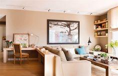 Salón con gran sofá rinconero y mueble de escritorio en la trasera del sofá