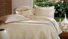 LINHA PREMIUM  A linha premium, apresenta um estilo muito elaborado, requinte de bordados em arabescos, confeccionados em fios de seda, todo esse estilo dialoga perfeitamente com qualquer estilo de decoração.