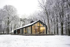 Modern Glass Cabin in Oisterwijk by Ina Matt Modern Barn, Modern Farmhouse, Modern Cabins, Modern Cottage, Post Modern, Plan Chalet, Glass Cabin, Scandinavian Home, Cabins In The Woods