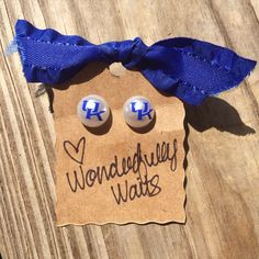 Be the cutest one at the tailgate this football season! Complete your outfit with a pair of these cute handmade University of Kentucky Wildcats pearl earrings! Earrings are 12mm in size and are made with permanent vinyl decals. ** Note: to preserve decals, it is recommended to keep out of water. ***PLEASE message me for orders greater than 4 pairs of earrings. Orders over 4 pairs will need additional shipping costs and if ordered without messaging me, I will have to cancel your order and…